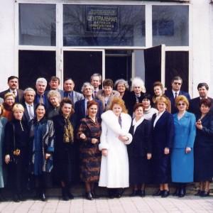 1998_март_Участники краевого семинар у библиотеки Гайдара